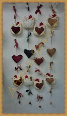 Móbile vertical ou horizontal de galinha com 1 coração. Ambos tem bordados um coração à mão no centro da peça. Diversas cores e estampas. Fica lindo para decorar a cortina, a janela, a porta, etc.  ................................... Importante ................................................  Pa...