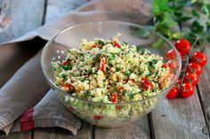 Le taboulé est originaire du Liban et se compose de semoule, de persil frais et de tomate. Il est très apprécié l'été avec un bon barbecue et il est encore meilleur lorsqu'il est maison.