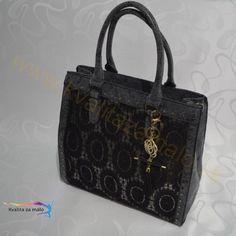 Kabelka čipkovaná sivá  Krásna kabelka na každodenné nosenie s čiernym čipkovaným vzorom so strieborným podkladom, vynikajúca kvalita vypracovania detailov