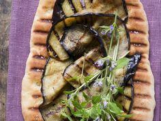 Probieren Sie die leckeren Pizzafladen mit gegrillten Auberginenscheiben von EAT SMARTER oder eines unserer anderen gesunden Rezepte!