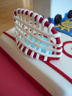 Hockey Rink And Zamboni A hockey rink cake for brothers birthday Charles-?tienne and Tristan who loves to play hockey together. Hockey Birthday Cake, Hockey Birthday Parties, Hockey Party, Birthday Cupcakes, 7th Birthday, Stiff Buttercream Frosting Recipe, Hockey Cakes, Truck Cakes, Sport Cakes