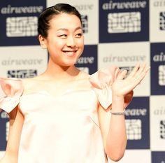 笑顔で手を振る浅田真央 (800×790) 「浅田真央、復帰への思い語る「次に向かっています」」 http://www.nikkansports.com/sports/news/1630589.html