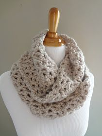 Made with super bulky yarn, this crochet infinity scarf pattern works up quickly and easily. This scarf takes about a skein and a half of yarn. Col Crochet, Crochet Pattern Free, Crochet Video, Crochet Gratis, All Free Crochet, Knit Or Crochet, Learn To Crochet, Crochet Scarves, Crochet Patterns