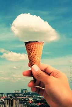 雲のソフトクリーム。 手前のコーンと空に浮かぶ雲を上手に重ねて、ふわふわのソフトクリームのように見せるトリックです。