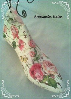 HORMA DE ZAPATO INTERVENIDA ESTILO SHABBY CHIC (PORTA BIJOUTERI) Manualidades Shabby Chic, Shoe Molding, Shoe Stretcher, Estilo Shabby Chic, Shabby Chic Crafts, Old Shoes, Shoe Last, Repurposed Items, Sea Glass Jewelry