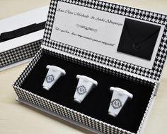 O clássico pied de coq, padronagem que ficou famosa na década de 30 nas mãos de Coco Chanel, inspirou a designer paulista Samara Costa, da S-Cards, em seu trabalho com papelaria de casamento. Veja mais: http://yeswedding.com.br/pt/antena-yes/post/convite-fashion