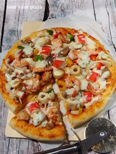 tom yam pizza Tuna Pizza, Pizza Buns, Cheese Buns, Bruchetta, Calzone, Pork Loin, Yams, Vegetable Pizza, Baking Recipes