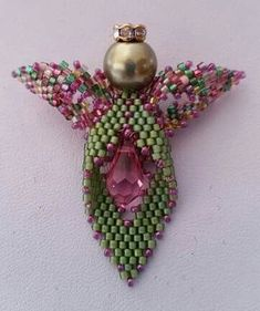"Angelito Made by stitching together 3 ""Russian Leaves"". Added 3 patterns for this Leaf so I have on hand. Beading Projects, Beading Tutorials, Beading Patterns, Beaded Jewelry Designs, Seed Bead Jewelry, Seed Beads, Beaded Angels, Beaded Christmas Ornaments, Beaded Crafts"