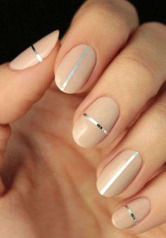 Nail art Capodanno 2017 - Beige nude sulle unghie con sottili strisce argento