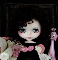 Blythe nació en 1972 de la mano de la casa de juguetes estadounidense Kenner. Se dice que fue inspirada por los dibujos de Margaret Keane, cuyas ilustraciones eran niñas con los ojos desproporcionadamente grandes y con un cierto aire melancólico.