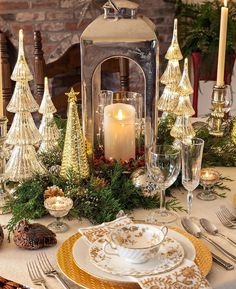 ☞ These simple yet elegant Christmas table setting ideas will give you huge amounts of motivation to make an excellent Christmas tablescape this year. Christmas Dining Table, Christmas Table Centerpieces, Christmas Table Settings, Christmas Tablescapes, Gold Christmas Decorations, Fall Table, Holiday Tables, Thanksgiving Table, Christmas Tea