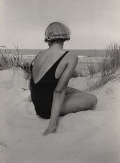"hauntedbystorytelling: ""Emil Otto Hoppé :: Eine Rückansicht, 1932 / mehr [+] von t … hauntedbystorytelling: "" Emil Otto Hoppé :: A Back View, 1932 / more [+] by this photographer "" - Sealife Vintage Beach Photos, Photo Vintage, Vintage Photographs, Vintage Beach Photography, Indoor Photography, Photography Tips, Fashion Photography, Figure Photography, Artistic Photography"