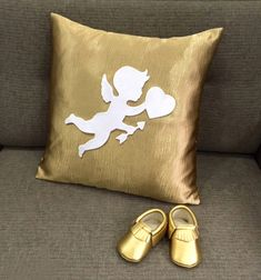 A set of modern chic gender neutral baby gift in metallic tone : ) Great as baby shower gift, for Christmas, new year and for the in-trend new moms. 'Cupid Sending Love' decorative matt gold pillow cover is perfect for the Nursery/Playroom, is handmade with love by me. While cupid is hand-cut in recycled Felt and hand-stitched on the front panel of pillow cover. *It is 17inch X 17inch, in Matt Gold textured polyester blend, invisible zip at the bottom for insert removal. *Li...