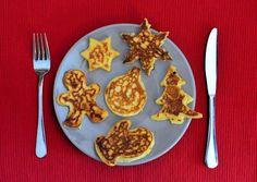 Maak deze leuke Kerst pancakes voor het kerstontbijt, succes verzekerd. Christmas Pancakes, Gingerbread Pancakes, Christmas Food Treats, Christmas Brunch, Cranberry Mimosa, Pancake Art, Bread Cake, Food Decoration, Creative Food