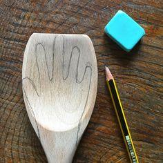 Paseando hilos.Cuchara de madera co forma de mano para cocer pasta