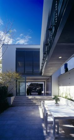 Image 8 of 21 from gallery of Fink House / Ian Moore Architects. Photograph by Brett Boardman Modern Garage, Modern Exterior, Interior Exterior, Minimalist Architecture, Modern Architecture House, Interior Architecture, Garage Design, House Design, Patio