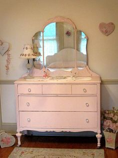 Annie Sloan Antoinette How sweet & feminine is this in a little girls room