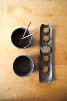 sushi plate idea with thrown bowls for miso or rice Pottery Plates, Slab Pottery, Ceramic Pottery, Ceramic Tableware, Ceramic Bowls, Ceramic Art, Japanese Ceramics, Japanese Pottery, Sushi Dishes