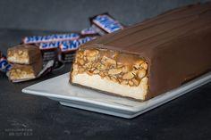 Der Beliebte Schokoladenriegel als riesen Snickers Riegel für sehr viele Gäste. Zubereitung: 2 Std. Kühlzeit: 8 Std. Zutaten für einen 30 cm Riegel / ca. 40 Personen: 1. Schicht: 120 g Kondensmilch 600 g Karamellbonbons 400 g gesalzene Erdnüsse 2. Schicht: 120 g Kondensmilch 250 g Zucker (bitte 70 g mehr Zucker verwenden, damit die …