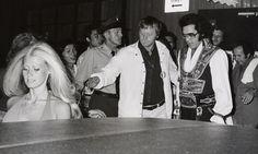 1975 7 19 Elvis avec Diane Goodman au départ de l'hôtel Hilton Garden