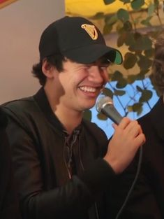 Calum having a giggle Jet Black Heart, Calum 5sos, Hood Girls, Calum Thomas Hood, Pop Rock Bands, Second Of Summer, Luke Hemmings, Save My Life, Pop Rocks
