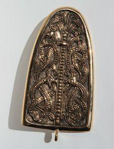 800 kr. Den här typen av broscher bars på samma sätt som spännbucklor. Detta spänne baseras på ett fynd från Birka. Originalet finns på historiska museet i Stockholm.