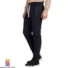 Pantalone in felpa 100% cotone tasche in nylon.  Taschino posteriore con bottoni a pressione in metallo logato a vista. Coulisse regolabile alla vita e polsini alle caviglia.
