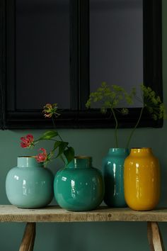 This green metal vase from the Blushing Birds collection makes any bouquet of flowers look fantastic. Pip Studio, Flower Vases, Flower Pots, Coffee Table Desk, Ceramic Glaze Recipes, Round Vase, Metal Vase, Diy Furniture Projects, Decorative Cushions