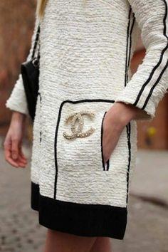 vestito-bianco-e-nero-spilla-chanel http://www.pensorosa.it/trends/34-idee-su-come-indossare-la-spilla.html