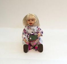 Miniaturpuppen im 12. Maßstab beherbergen kleine Mädchen | Etsy Dollhouse Dolls, Miniature Dolls, Miniatures, Handmade, Etsy, Pretty Little Girls, Hand Made, Minis, Handarbeit
