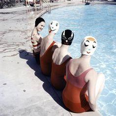 Ralph Crane fotógrafo imortalizou no final dos anos 50, em uma série publicada na época pela revista Life, intitulado Nadadores duas caras...