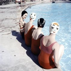 Photographer Ralph Crane immortalized at the end of the 1950s, in a picture collection, published in the LIFE Magazine and entitled Two-faced Swimmers in Crazy Caps, models wearing funny bathing caps, design by Betty Geib, a housewife, to entertain her children.