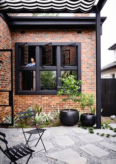 Brick House Exterior Discover Kew II House Kew II House is a minimalist house located in Melbourne Australia designed by Kennedy Nolan. Brick Facade, Facade House, Red Brick Exteriors, House Facades, House Exteriors, Exterior House Colors, Exterior Design, Orange Brick Houses, Modern Brick House