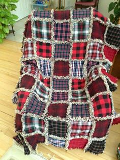A great rag quilt made of old flannel shirts. What a wonderful gift idea! Flannel Rag Quilts, Plaid Quilt, Baby Flannel, Grunge Style, Soft Grunge, Neo Grunge, Rag Quilt Patterns, Tokyo Street Fashion, Crochet Quilt