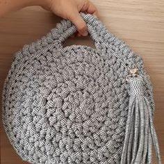 Mais uma dela, só pq eu tô apaixonada. #crochet #crochê #croche #bolsas #bolsa #bolsademao #bolsadecroche #bolsadefiodemalha #clutch #crochetclutch #fiodemalha #trapillo #trapilho #tshirtyarn #tshirtyarncrochet #fabricyarn #tshirtyarnbag #fabricyarnbag #crochetbag #malhamaniacas