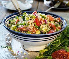 Tabbouleh är en vegetarisk matig sallad där bulgur är huvudingrediens. Bladpersilja, tomat, gurka och rödlök blandas med bulgur. Myntablad och citron gör salladen fulländad.