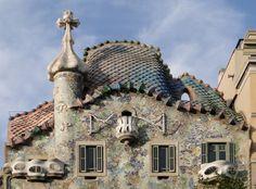 Il Tetto dissimetrico ricorda il dorso di un drago. Sulla torretta a sinistra Gaudì ha voluto omaggiare la Sacra Famiglia con gli acronimi in ceramica smaltata di Gesù, Giuseppe e Maria. (Foto Di Bernard Gagnon)