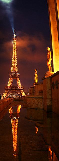 Torre Eiffel by Road to the Moon