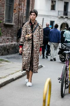 Street style at Fashion Week Spring-Summer 2017 Milan Street Style 2017, Look Street Style, Street Chic, Looks Style, Style Me, Mantel Styling, Mantel Outfit, Street Looks, Leopard Coat