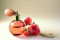 ¿En qué partes del cuerpo debemos aplicar perfume? Aunque aplicar perfume en nuestro cuerpo parezca algo sencillo, hay determinados trucos que podemos llevar a cabo si queremos que nuestra fragancia permanezca durante más tiempo.