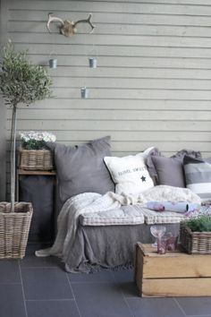 Super ideas for pallet patio furniture diy yards Pallet Furniture Sofa, Diy Pallet Sofa, Pallet Patio, Diy Patio, Furniture Projects, Diy Furniture, Outdoor Furniture Sets, Diy Sofa, Furniture Stores