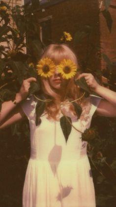Ideen Blumen Fotografie Vintage Sonnenblumen - Aestethic - ideas flower p Flower Aesthetic, Aesthetic Vintage, 1970s Aesthetic, Aesthetic Yellow, Aesthetic People, Aesthetic Pastel, Aesthetic Grunge, Aesthetic Fashion, Aesthetic Girl