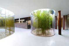 La incorporación del vidrio como cerramiento para una serie de patios de luz al interior del remodelado espacio da origen a una serie de corredores curvos que crean una suave transición suave entre pasado y presente.