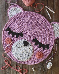 Esta mini alfombra Teo mide sólo 70 cm de diámetro , pero lo más cuqui del mundo mundial 🙈🌸🌸 Yo estoy encantada con ella y espero que sus futuros dueños también @martaloal 😁. Qué os parece a vosotras? ❤️ #susimiu #handmade #design #cute #pink #kids #girl #baby #crochet #handmade #etsy #instagram #inspiration #trapillo Diy Crochet Pillow, Crochet Diy, Crochet Mandala, Crochet Hats, Drawstring Bag Diy, Knitted Teddy Bear, Jar Gifts, Knitting Accessories, Knitted Bags