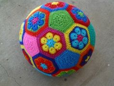 How to crochet a fun African-flower design soccer ball from 20 hexagonal and 12 pentagonal motifs. I'd make it in only 2 or 3 shades for a subtler effect.