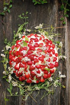 Inspired by the sweet strawberry cakes that Swedes make during their Midsummer holiday each year, we came up with this festive wedding cake! It's perfect for an outdoor, rustic wedding. You can make the cake yourself, or simply embellish a store bought cake using our styling inspiration. It's easy and such a unique idea