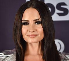 Olho preto esfumado e completou o make com o gloss nude - Demi Lovato
