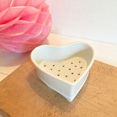 Brocante décoration Ambiance campagne chic Ancien moule à faisselle sur pieds en porcelaine blanche perforé en forme de coeur