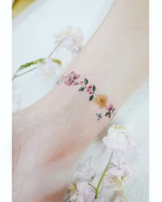 Discreet And Charming Wrist Tattoos You'll Want To Have. Classy, colorful and feminine wrist bracelet tattoos Bild Tattoos, Body Art Tattoos, New Tattoos, Small Tattoos, Cool Tattoos, Tatoos, Arm Tattoo, Delicate Tattoo, Subtle Tattoos