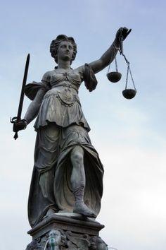 Justitia era la diosa romana de la justicia.  En la mitología griega se le llamaba Dike.